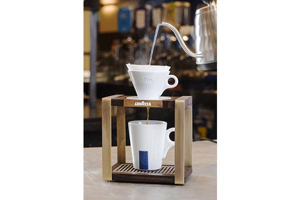 """Nello """"Slow coffee"""" si assiste alla pratica di tutti i diversi sistemi di estrazione senza dimenticare la più casalinga moka"""