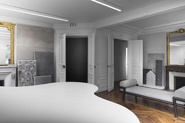 Gli spazi rispettano l'eredità storica dell'edificio, mantenendo l'originale partitura di stanze scandite da specchi e camini
