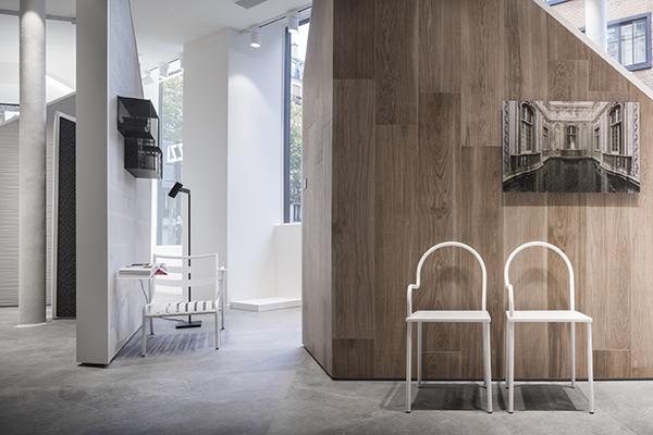 Texture e suggestioni tattili plasmano lo spazio che risulta raffinato e coinvolgente