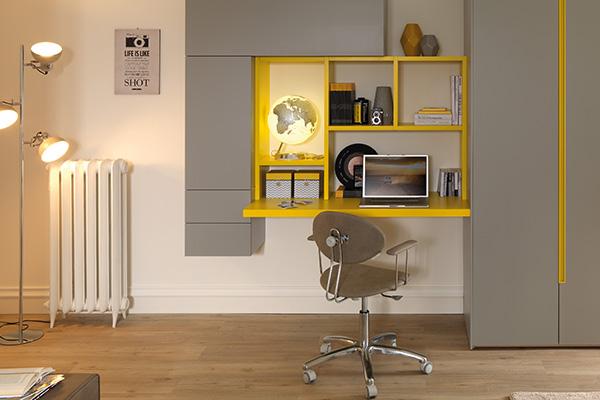 La sedia deve regolarsi in altezza e inclinarsi leggermente in avanti o indietro per assumere la posizione ideale