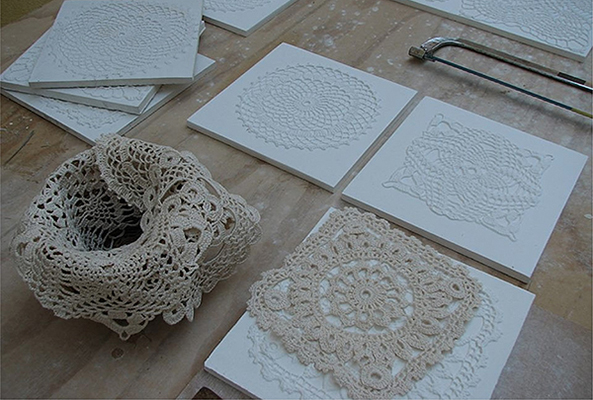 Ancora Crochet di Peppino Lopez. Disponibile in due varianti: tiles, piastrelle per pareti, e home, elementi per la casa