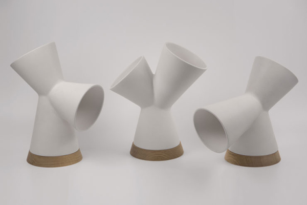 Oplàmp di Sapiensdesign: è una lampada da tavolo composta da un corpo in ceramica e da una base in legno massello di rovere in cui è alloggiata una fonte luminosa led