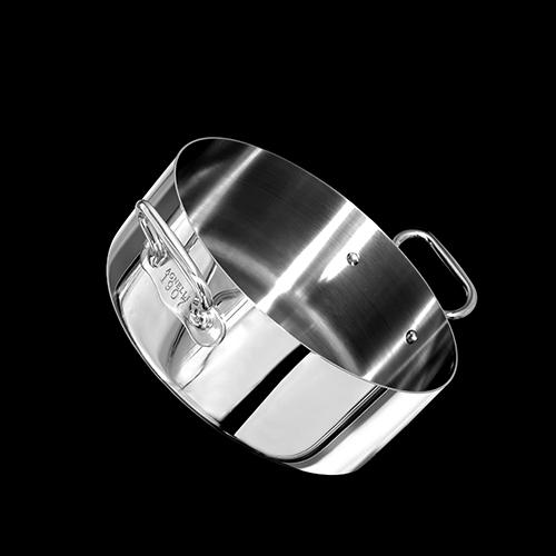 <em>Agnelli 1907 </em> è la linea di strumenti di cottura in acciaio con il cuore di alluminio studiato per essere compatibile anche con i piani di cottura a induzione. 1907 proprio come l'anno in cui Baldassare Agnelli inaugurò la fabbrica nel cuore di Bergamo