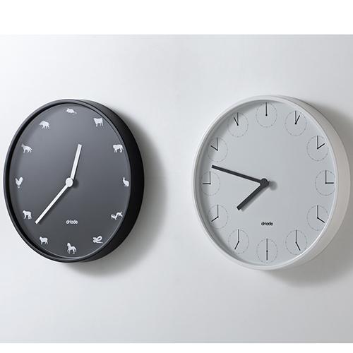 """In questa collezione di orologi per <a href=""""http://www.driade.com"""">Driade</a>, Nendo miscela il suo tipico stile essenziale all'ironia. In <em>Astrology</em> (a sinistra) le ore sono scandite dallo zodiaco cinese usato fin dall'antichità in molti Paesi asiatici dal Giappone al Vietnam;  <em>Clock in Clock</em> (a destra) invece ha dodici piccoli quadranti che indicano il passaggio del tempo (250 euro)"""