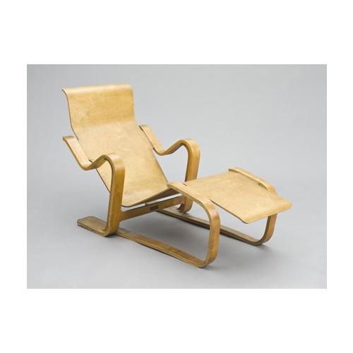 Impreziosire il living con un pezzo del Bauhaus, come la Isokon Long Chair, una delle sedute più celebri dell'architetto Marcel Breuer, datata 1934. In laminato di betulla e compensato, è stata battuta qualche giorno fa da Sotheby's a Londra. Stimato a 6.600-8.800 euro, battuto a 8.400 euro