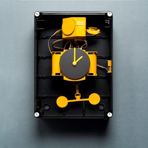 """<em>Elettrico</em>, l'orologio a cucù di <a href=""""http://diamantinidomeniconi.it"""">Diamantini Domeniconi</a>, si assemblea facilmente da soli. È racchiuso in un box trasparente che imita le tipiche scatole di derivazione elettriche svelando così il groviglio di circuiti e cavi (190 euro)"""