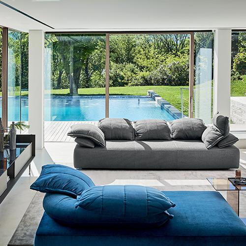 Flick-Flack di Ditre Italia è il divano semicomponibile firmato Anna von Schewen. Un meccanismo silenzioso consente di alzare tutti cuscini per un completo relax