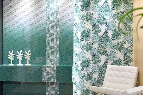 Infinity di Trend group, maxi lastre in vetro riciclato: possono essere stampate con qualsiasi disegno, come il tropical