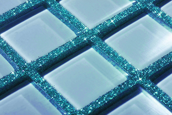Lo stucco decorativo Kerapoxy design di Mapei miscelato con i glitter colorati metallizzati MapeGlitter, pensato per le fughe tra le piastrelle