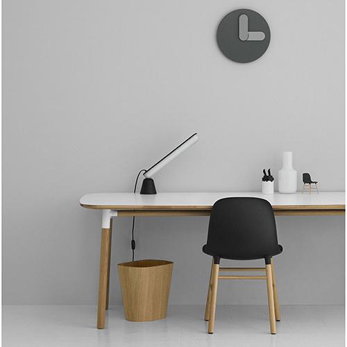"""Si chiama <em>Bold</em> proprio come ilcarattere tipograficodelgrassetto. E infatti sia il quadrante che le lancette dell'orologio di Jonas Wagell per <a href=""""http://www.normann-copenhagen.com"""">Normann Copenhagen</a>si caratterizzano per una linea piena e tondeggiante"""