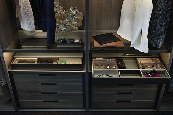 Un particolare di Ubik di Poliform: cassetti e vassoi per tenere in ordine e a portata di mano gli oggetti di uso quotidiano