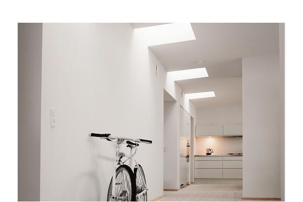 La finestra CurveTech per tetti piani di Velux, con finitura curva: facilita l'ingresso della luce e fa scivolare lo sporco