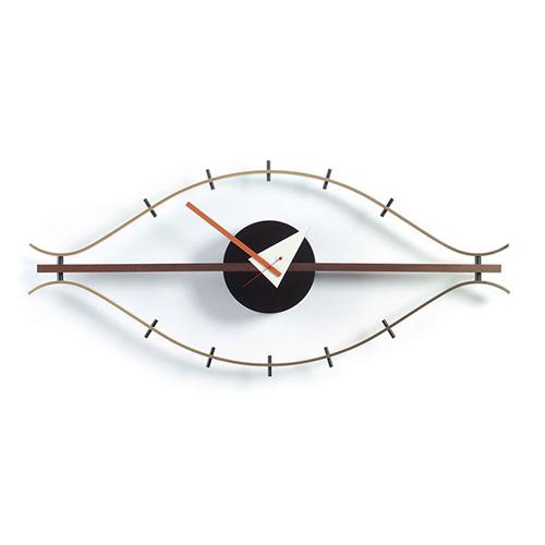"""Una grafica di forte impatto visivo: da <a href=""""http://www.vitra.com"""">Vitra</a> <em>Eye Clock </em> di George Nelson. Come suggerisce il nome, la forma dell'orologio ricorda un occhio. È realizzato in legno di noce e ottone"""