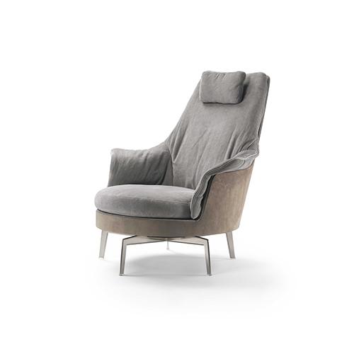 Comfort e eleganza caratterizzano la poltrona Guscioalto Light di Antonio Citterio per Flexform. Sullo schienale e sui braccioli poggia un morbido materassino imbottito removibile