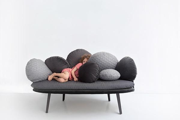 "Il divano <em>Nubilo</em> per<a href=""http://www.petitefriture.com"">Petite Friture</a>(© Constance Guisset Studio)"