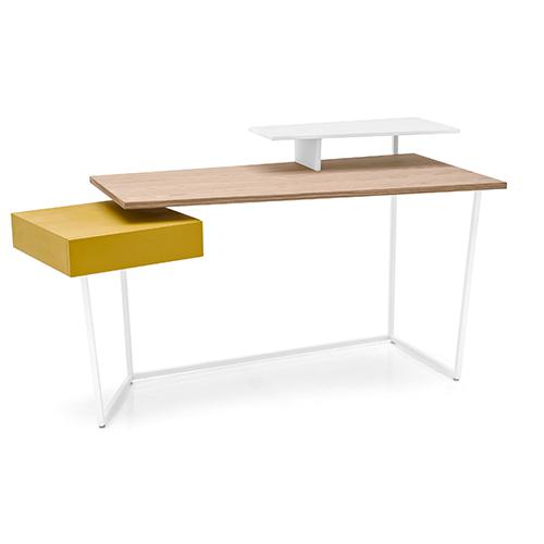 Piano in legno naturale, alzata bianca e cassetto senape per Layers, la scrivania di Gino Carollo per Calligaris. Dal 24 al 26 novembre è on line a 860,20 euro al posto di 1.012