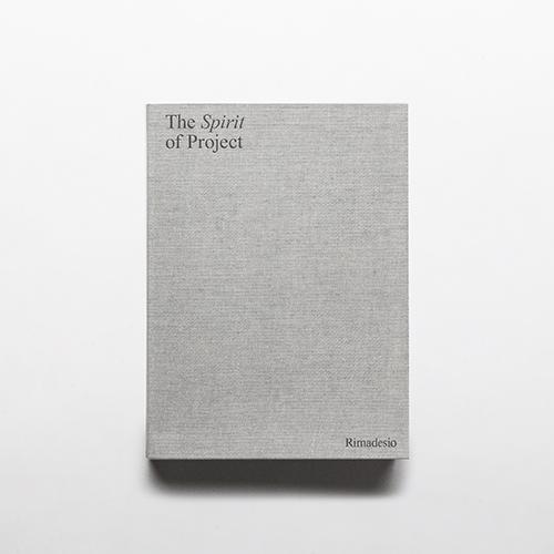 La veste grafica del catalogo è curata dallo studio Juma