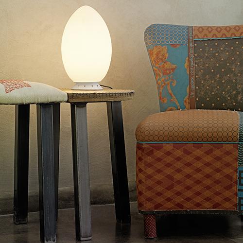 Un pezzo cult di FontanaArte, datato 1972: è Uovo, la lampada in vetro soffiato, anche in versione outdoor. Il brand organizza una svendita dal 23 al 26 novembre a Corsico, Milano
