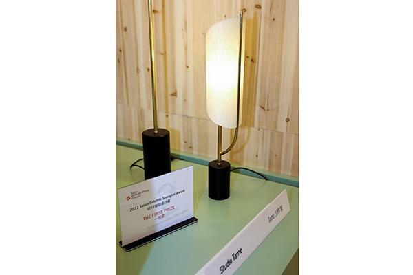 <em>Flux</em>, il progetto che si aggiudica la II edizione del Salone del Mobile.Milano Shanghai. La lampada si caratterizza per il diffusore a forma di ventaglio cinese realizzato in seta e carta