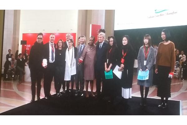 La cerimonia di premiazione della seconda edizione del SaloneSatellite Shanghai. Al centro Marva Griffin, ideatrice del premio, e Claudio Luti, presidente del Salone del Mobile