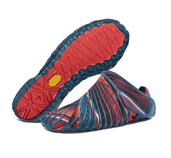 Vibram Furoshiki, scarpa che avvolge il piede adattandosi alla sua forma. Produttore Vibram. Design Vibram