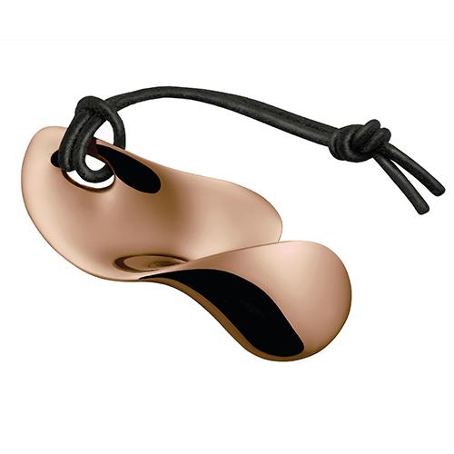 """Sembra un gioiello, ma è un apribottiglia. <em>Bulla</em> di <a href=""""http://www.alessi.com"""">Alessi</a> fa parte della collezione <em>Objets-Bijoux</em> che per il Natale 2017 si veste di una nuova tonalità: il <em>Golden Pink</em> (29 euro)"""