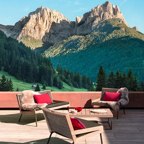 La linea<em>Mountain</em>della collezione <em>Allaperto</em>è composta dadivano, poltrona lounge,coffee tableelettino prendisole
