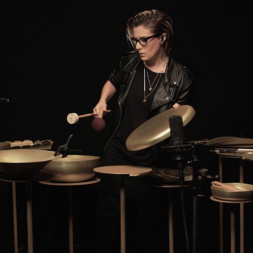 <em>Extra Ordinary Metal</em>, la collezione di complementi per la tavola in ottone, diventa strumento musicale nelle mani della sound designer Chiara Luzzana