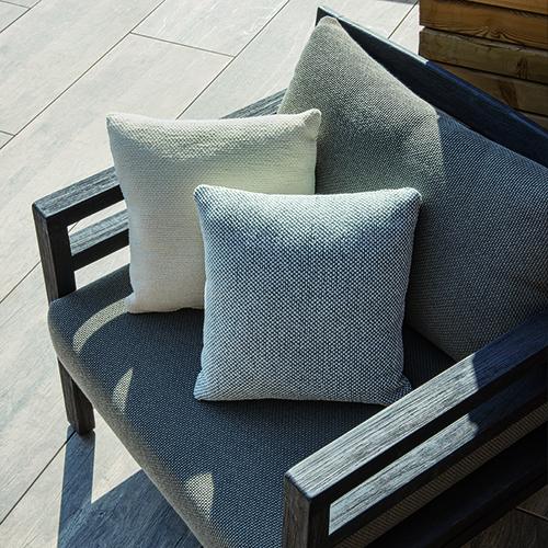 La seduta della poltrona <em>Costes</em> è resa più confortevole da complementi disponibili in lana, cashmere e pelliccia