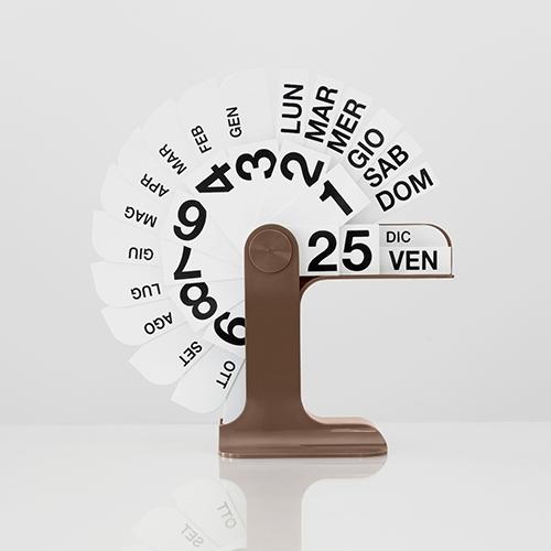 """Regalare un classico del design: <em>Timor</em> di <a href=""""http://www.danesemilano.com/"""">Danese</a> è il calendario perpetuo disegnato da Enzo Mari nel 1967 (115 euro)"""