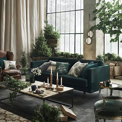 """La necessità di ritrovare il contatto la natura è uno degli argomenti più sentiti del 2017 come dimostra <a href=""""http://design.repubblica.it/2017/01/02/il-2017-e-verde-speranza-per-pantone/"""">Pantone che ha scelto il Greenery 15-0343 colore dell'anno</a>. <a href=""""http://www.hm.com/home"""">H&M Home </a>rispecchia  questa idea proponendo arredi verde bosco e addobbi natalizi ecosostenibili come legno e rami di pino"""