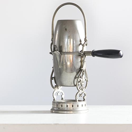 """Rarissima caffettiera """"napoletana"""" - il manico  in legno ebanizzato serve da chiusura fra le due parti - contenitori di acqua e caffè. È presente in copia nel museo Brabhan a Parigi e viene anche definita <em>Caldaia di Postdam</em> o <em>Uovo russo</em>"""