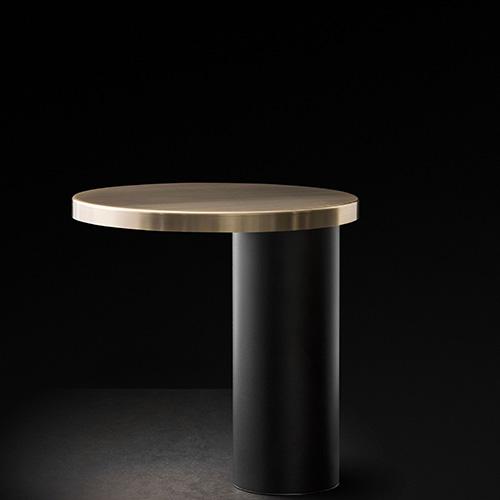 """<em>Cylinda</em> di <a href=""""http://www.oluce.com"""">Oluce</a> è formata da due cilindri di diverse dimensioni e spessori. Il primo, più sottile e alto, diventa la base su cui si poggia il secondo, un disco largo e sottile, che diventa il paralume sotto cui brilla la fonte luminosa Led (658 euro)"""