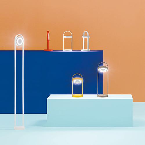 """Comoda da trasportare, <em>Giravolta</em>  di <a href=""""http://www.pedrali.it"""">Pedrali</a> è una ricca famiglia di lampade wireless ricaricabili. Come suggerisce il nome si caratterizza per il diffusore girevole che permette di orientare liberamente la luce (a partire da 222 euro)"""