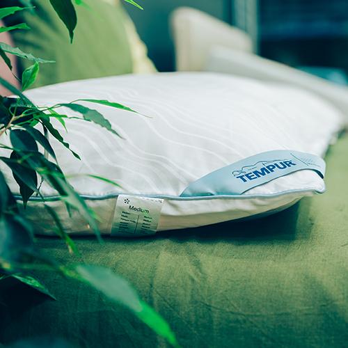 """Dormire bene. La qualità del sonno tra i regali di Natale con il guanciale <em>EasyClean</em> di <a href=""""http://it.tempur.com"""">Tempur</a>. La forma del cuscino è tradizionale, ma offre un'innovativa combinazione di sostegno e comfort. È interamente lavabile (anche in lavatrice) e può essere inserito nell'asciugabiancheria (99 euro)"""