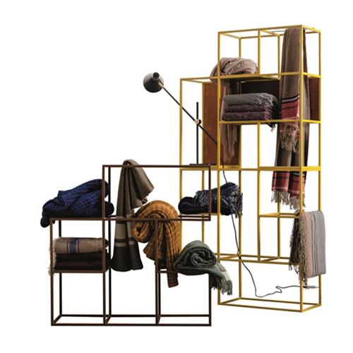 """Un plaid sul divano quando arriva il freddo è ciò che sogniamo ed è in pieno <a href=""""http://design.repubblica.it/2017/12/03/cosy-christmas-come-creare-unatmosfera-accogliente-in-10-mosse/"""">stile hygge</a>, la tendenza del momento. Da <a href=""""http://www.twils.it/"""">Twils</a> una collezione di raffinati tessuti (a partire da 193 euro)"""