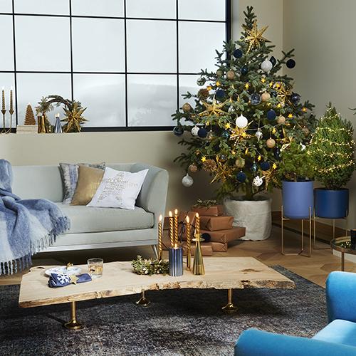 """È la coppia che fa tendenza nel Natale 2017: le sfumature di blu insieme ai bagliori dell'oro. Sceglietela pure per apparecchiare la tavola delle feste, <a href=""""http://design.repubblica.it/2017/12/03/come-apparecchiare-la-tavola-di-natale/"""">come suggerisce la table-set designer Giorgia Fantin Borghi</a> (in foto il salotto di <a href=""""https://www.zarahome.com/it/"""">Zara Home</a>)"""