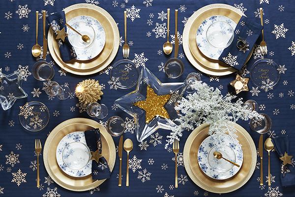 """<em>La tavola di tendenza </em>- Il Natale 2017 si veste d'oro abbinato all'azzurro, al blu polveroso e all'ottanio. Come la proposta di<a href=""""http://www.zarahome.com""""> Zara Home</a>"""