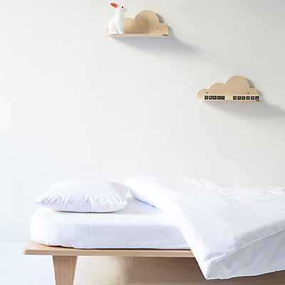 """La mensola a forma di nuvola del marchio francese <a href=""""http://www.mumanddadfactory.com/"""">Mum & Dad Factory</a>darà un'aria sognante alla cameretta dei più piccoli. Realizzata in legno di faggio, è in vendita da <a href=""""https://www.family-nation.it"""">Family Nation</a>. Prezzo 38 euro"""