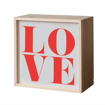 "<em>All you need is...</em> Questo box luminoso con quattro plexiglass intercambiabili di <a href=""https://www.designrepublic.com/it/"">Designrepublic.com</a>. Prezzo 87 euro"