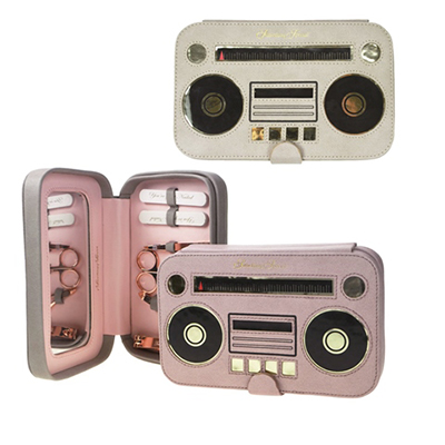 """Una radio vintage in ecopelle racchiude il set manicure di <a href=""""http://www.maiuguali.it/"""">Maiuguali</a>. Prezzo 54 euro"""