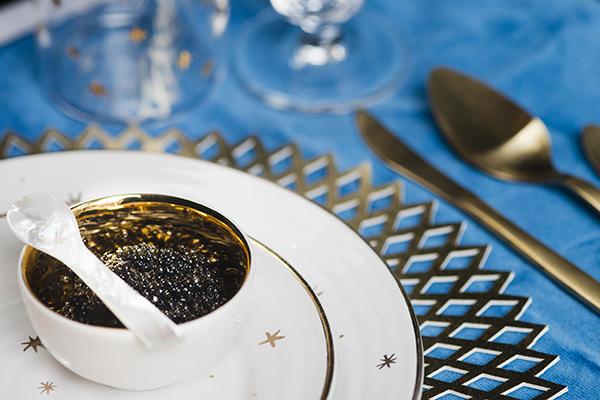 Un trucchetto per sorprendere gli ospiti e per invitare alla conversazione, può essere posizionare sul piatto un  piccolo pacchetto creato ad hoc con una breve frase (foto  Dario Garofalo)