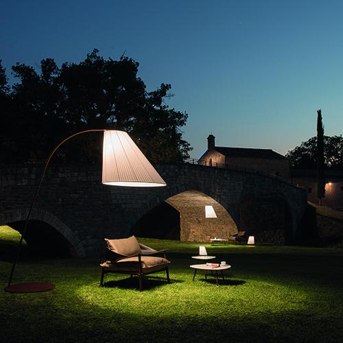 """La collezione <em>Cone</em> di <a href=""""http://www.emu.it"""">Emu</a> è una famiglia di lampade da esterno ispirate ai profili eleganti delle abat-jour anni Cinquanta. La linea è anche tra i protagonisti dello spazio Light Lab di Imm, una serie di laboratori internazionali con le installazioni più innovative in materia di luce"""