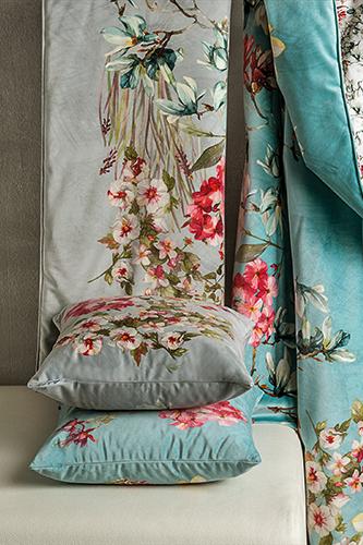 """I fiori, tipici delle collezioni di biancheria da letto firmate <a href=""""http://www.mirabellocarrara.it"""">Mirabello</a>, sbocceranno anche sui plaid <em>Orleans Velvet</em> nella prossima stagione autunno-inverno 2018/19"""