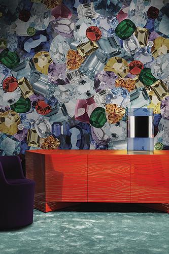 """<em>Shine On</em> è il primo soggetto disegnato da Ferruccio Laviani per l'azienda italiana di carte da parati <a href=""""http://www.londonart.it"""">Londonart</a>. È la musica la musa del designer per questo progetto: <em>Shine On (You Crazy Diamond)</em> dei Pink Floyd è uno dei suoi brani preferiti. Così le pareti vengono ricoperte di pietre preziose, di colori, di riflessi e di luce</span></p>"""