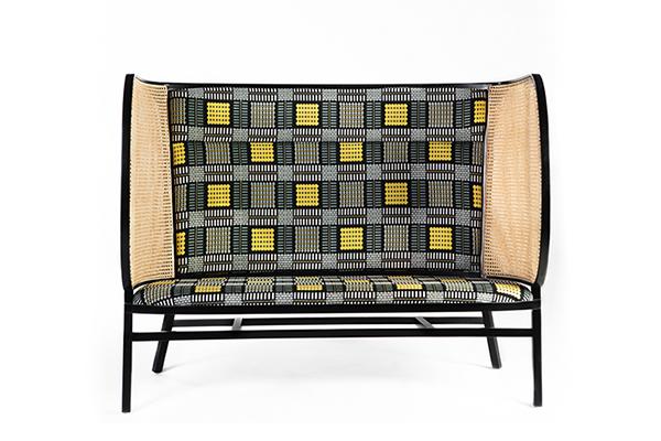 """<em>Hideout Loveseat</em> è la novità di <a href=""""http://www.gebruederthonetvienna.com"""">Gebrüder Thonet Vienna</a> per questo 2018: disegnato dalle svedesi Front, è un divano a due posti rivestito con tessuto jacquard in cotone"""