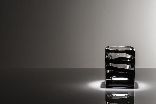 """<em>Black Belt</em> è la nuova collezione di vasi in edizione limitata a 349 pezzi, progettata dall'architetto Peter Marino per <a href=""""http://venini.com/"""">Venini</a>. I decori a fasce si integrano con la forma del vaso grazie al calore, creando così un forte contrasto visivo</span></p>"""