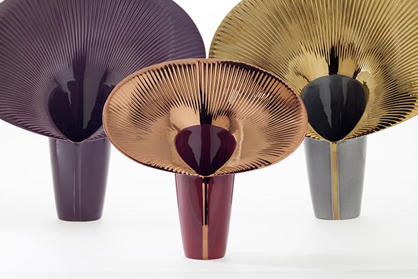 """<em>Fusca</em>, design <a href=""""http://design.repubblica.it/2017/11/13/constance-guisset-espone-a-parigi/"""">Constance Guisset</a>, è una collezione di vasi firmata <a href=""""http://www.bosatrade.com"""">Bosa</a>. Le sue linee organiche sembrano disegnare la sagoma di una calla, o forse quella della criniera di un leone?</span></p>"""