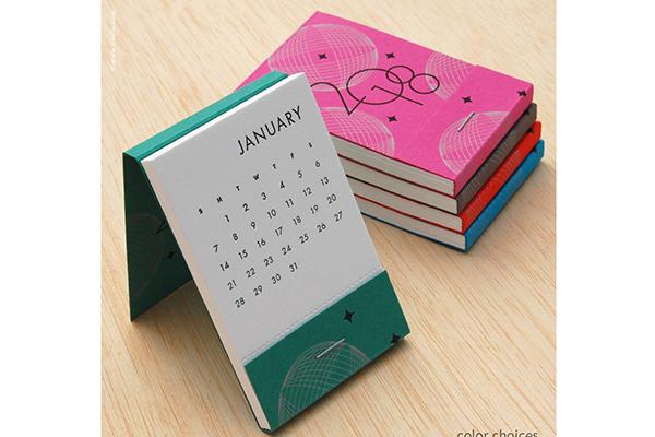 """Cosa rende unico questo piccolo e semplice calendario da tavolo? Il <em>Matchbook Calendar</em> dell'americana Inkello è realizzato artigianalmente impiegando una stampa tipografica d'epoca che risale al 1897 alimentata a pedale. Si può acquistare <a href=""""https://inkello.com/collections/calendars/products/107"""">qui</a>"""