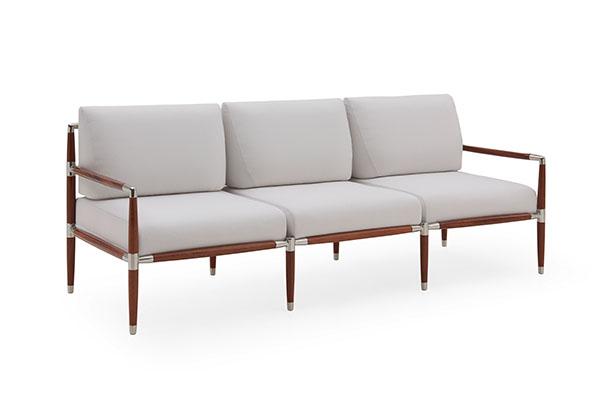 """Il sofà <em>Catalina</em> di <a href=""""http://www.luxurylivinggroup.com"""">Luxury Living Outdoor</a>si contraddistingue per linee e colori eleganti. È realizzato totalmente con materiali impermeabili, resistenti agli agenti atmosferici e all'usura</span></p>"""